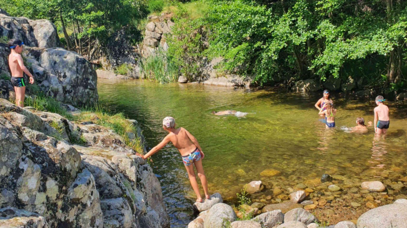enfants qui se baignent dans la rivière en Ardèche