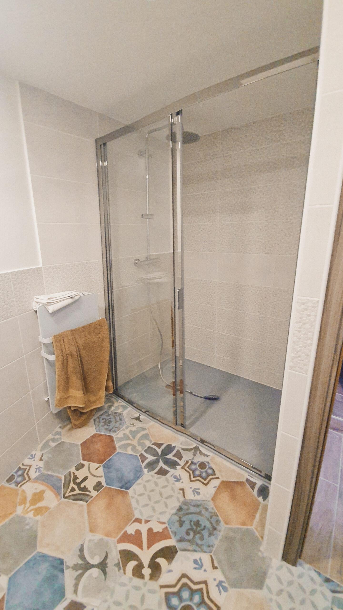 Salle de douche à l'italienne avec carreaux de ciment