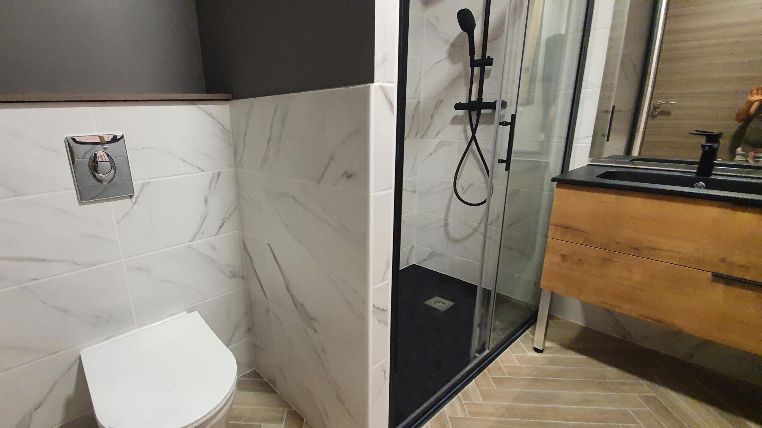 Salle de douche à l'italienne et toilette suspendue
